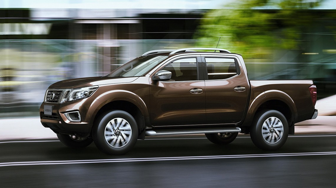 Nissan-Navara-2015-NP300-city-driving