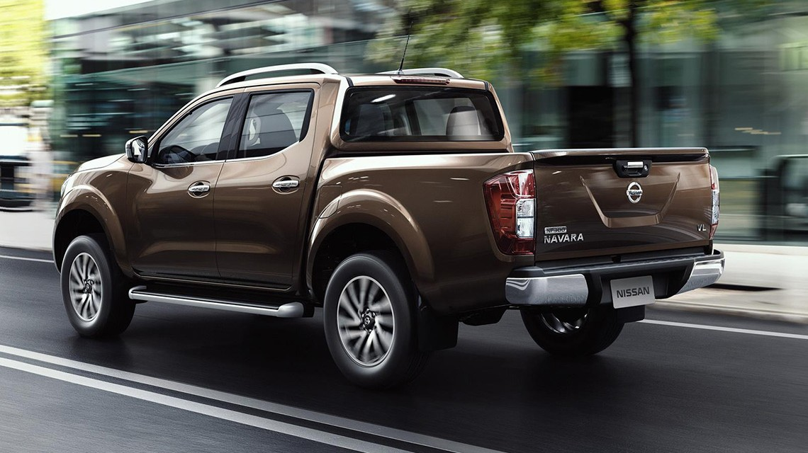Nissan-Navara-2015-NP300-on-the-road